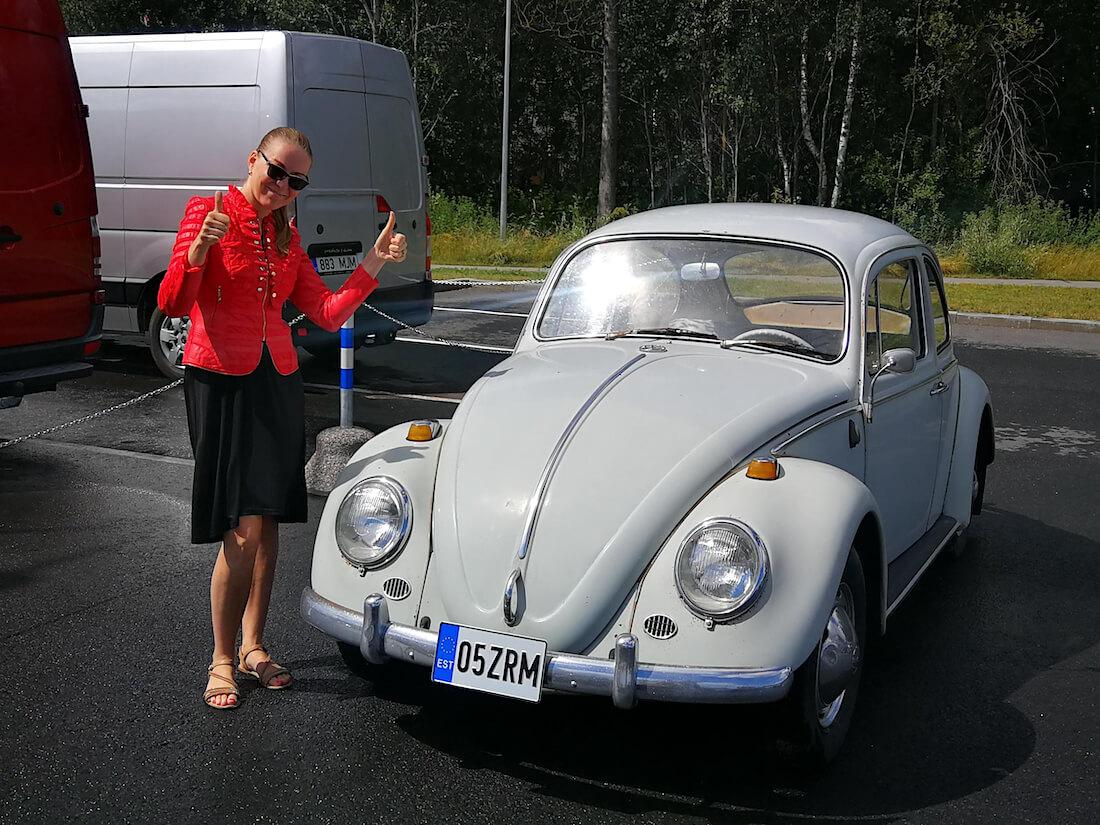 Marje Aasmets ja harmaa 1965 Volkswagen kupla henkilöauto