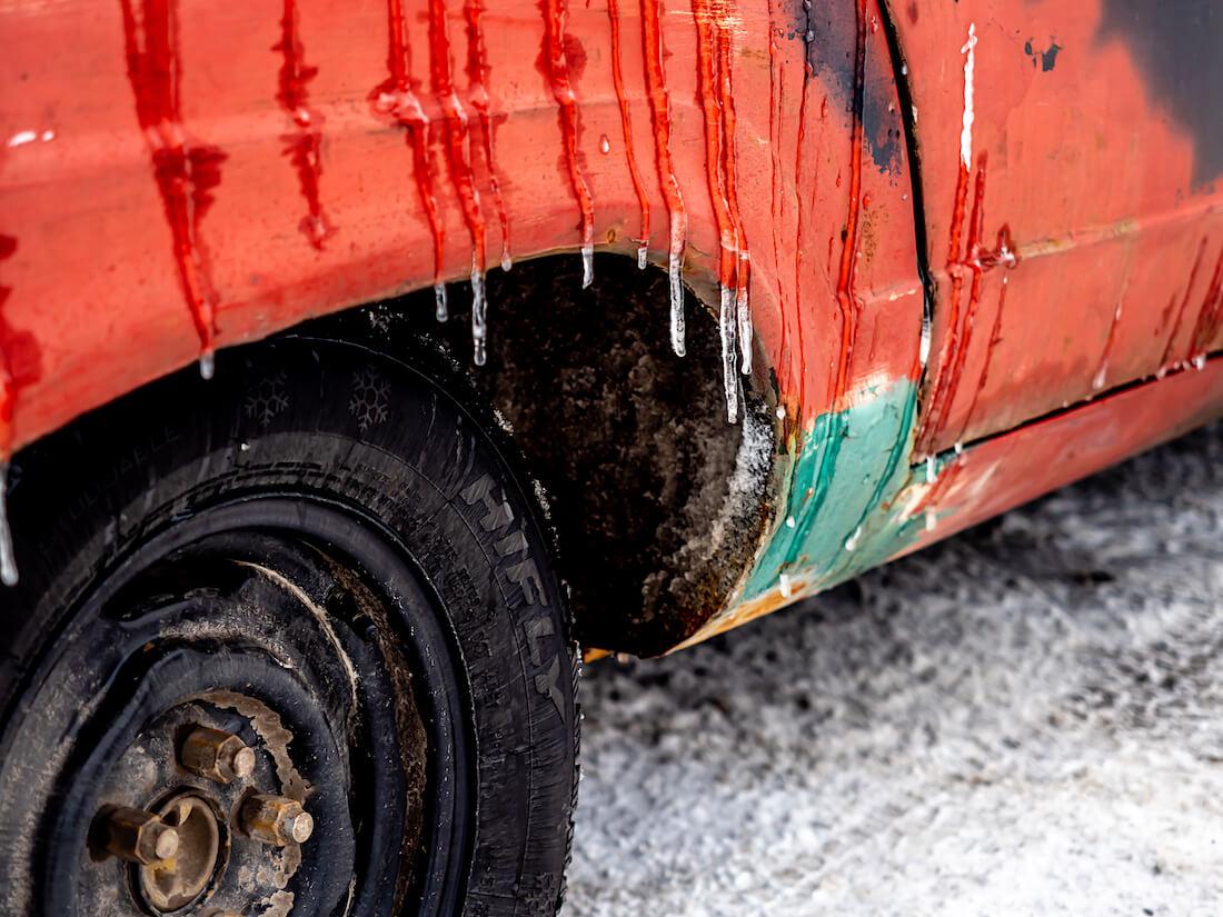 Jäätä 1966 Dodge Dartin takalokasuojassa