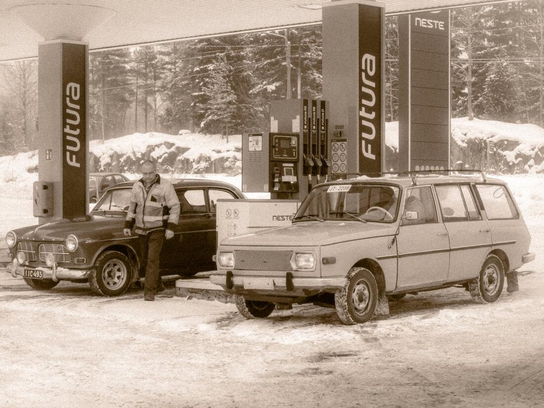 1967 Volvo Amazon ja 1979 Wartburg kombi tankkaamassa Lahnajärven taukopaikalla.