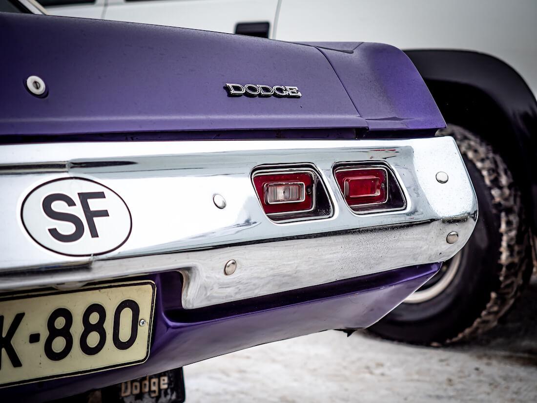 Dodge-merkki Dartin takaluukussa ja SF-merkki puskurissa