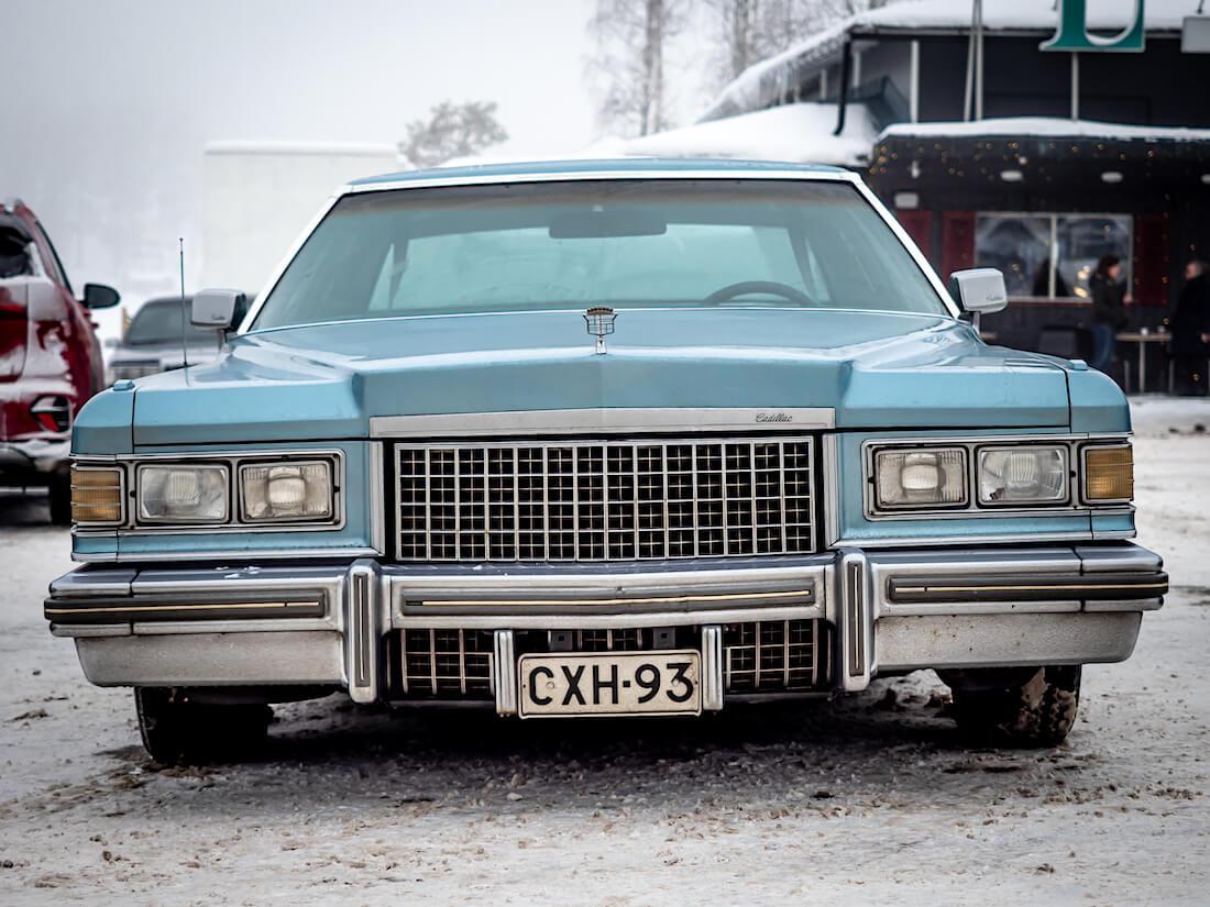 Sininen 1976 Cadillac Coupe DeVille lowrider