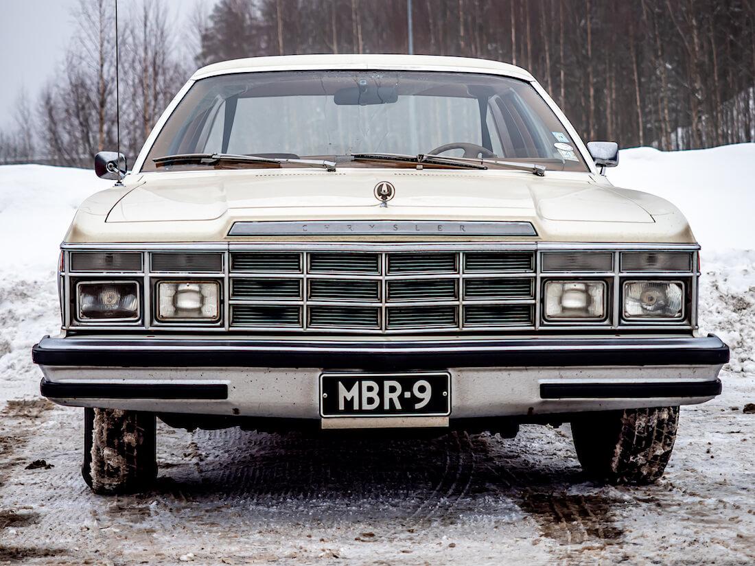 Valkoinen 1978 Chrysler LeBaron museoajoneuvo