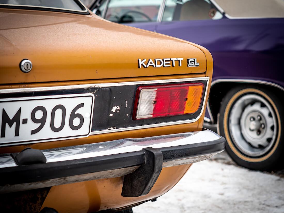 Opel Kadett C-mallin GL-merkki takaluukussa