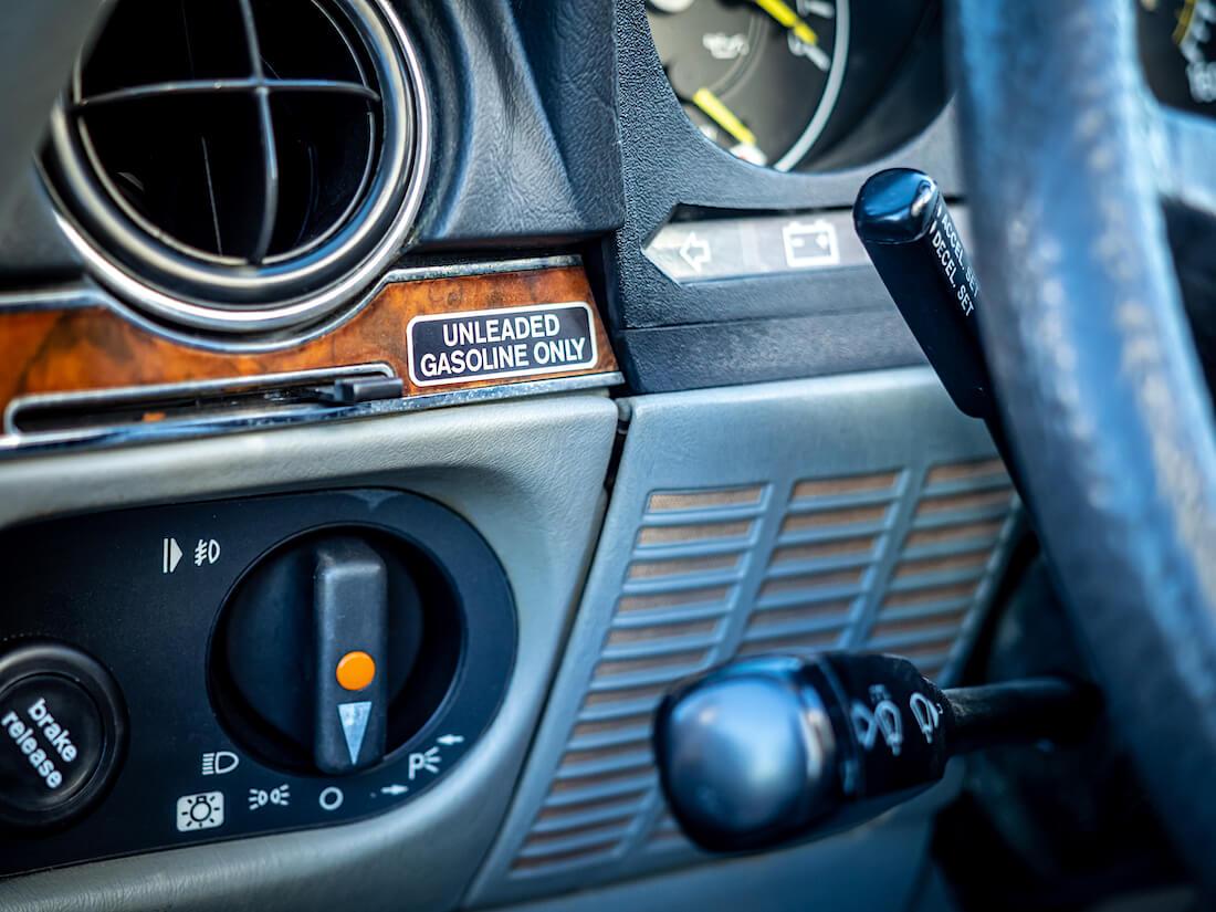 Mercedes-Benz SL380 R107 auton hallintalaitteet