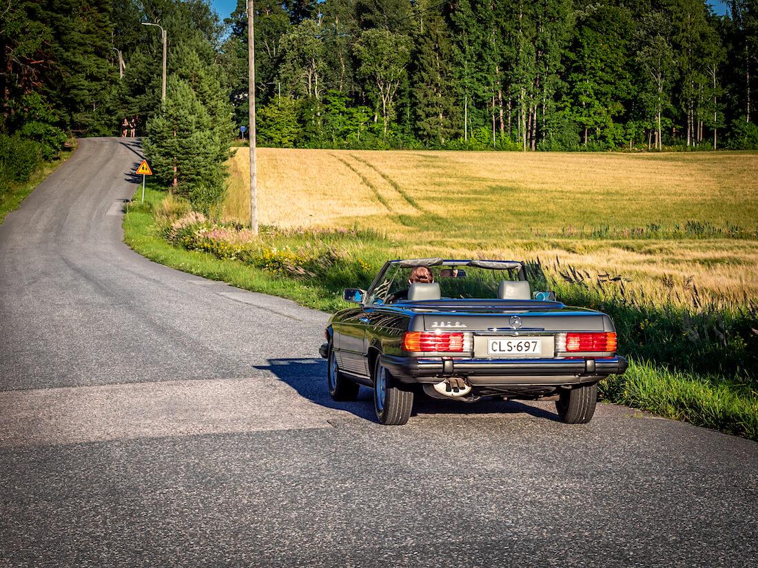 1985 Mercedes-Benz SL avoauto mutkaisella asfalttitiellä