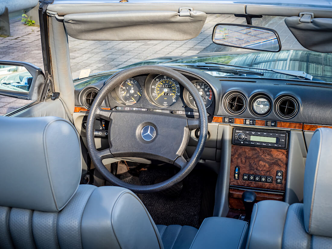 Mercedes-Benz 380 SL avoauton nahkasisusta