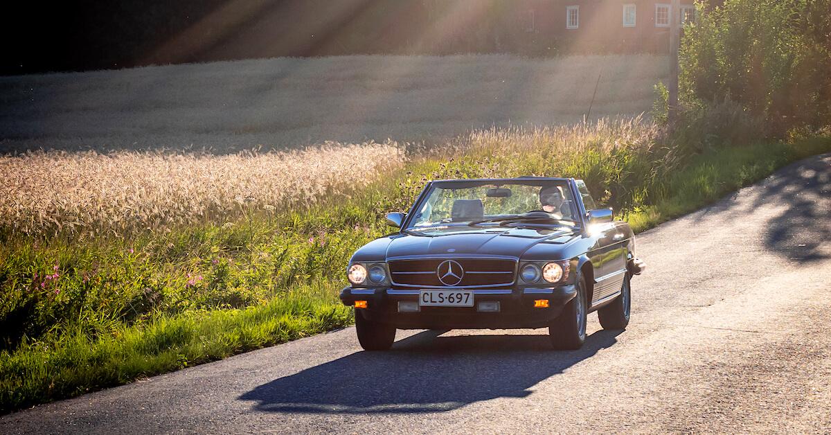 1985 Mercedes-Benz R107 SL380 avoauto kesäillassa