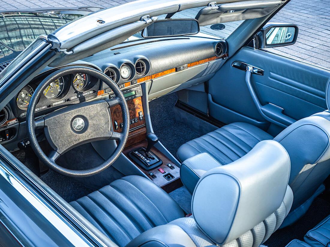 Mercedes-Benz SL R107 avoauton sisusta