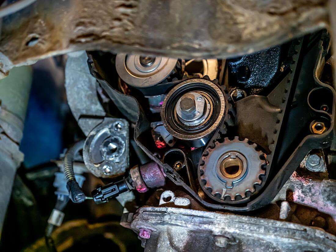 Opel Astra G 1.6L 8V SOHC jakopään hammashihnan kiristinrulla