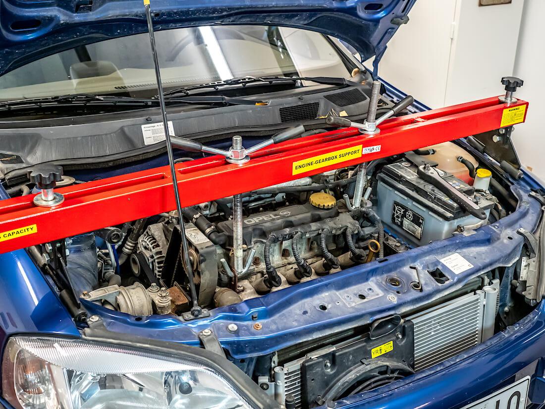 Moottorin kannatinpalkki Opel Asta G:n moottoritilassa.