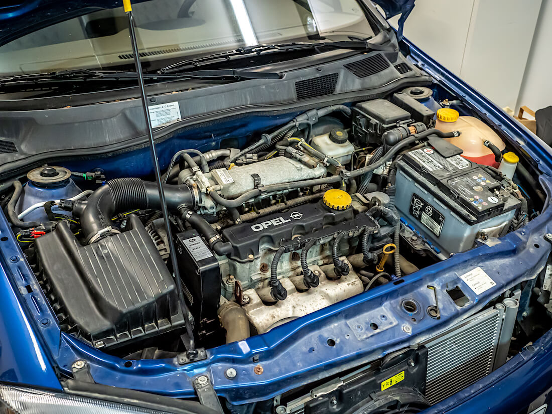 Huollettu Opel Astra G:n 1.6-litrainen SOHC-moottori