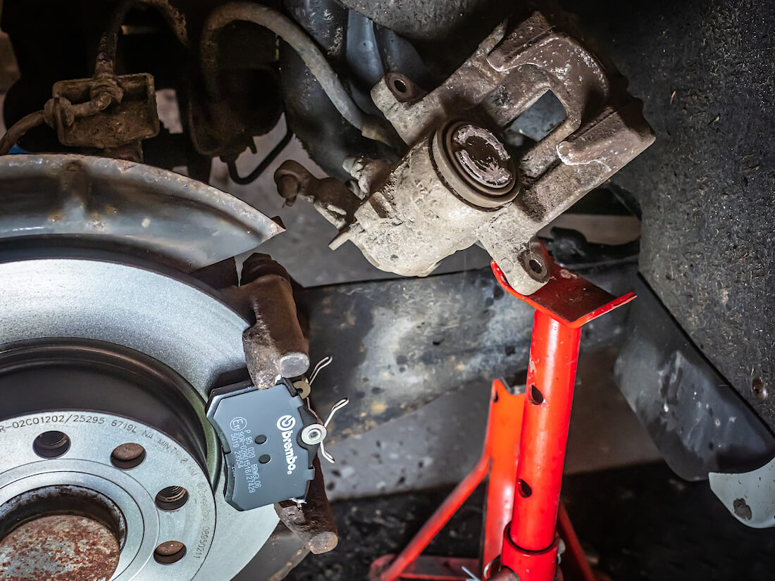 VW Golf Mk6 1.4TSI uusien jarrupalojen asennus ja