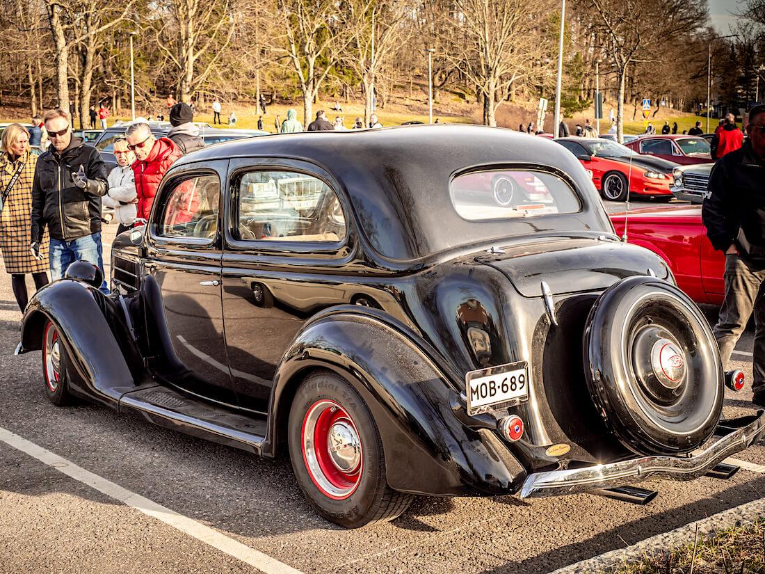 Musta 1936 Ford Tudor Heurekan parkkipaikalla