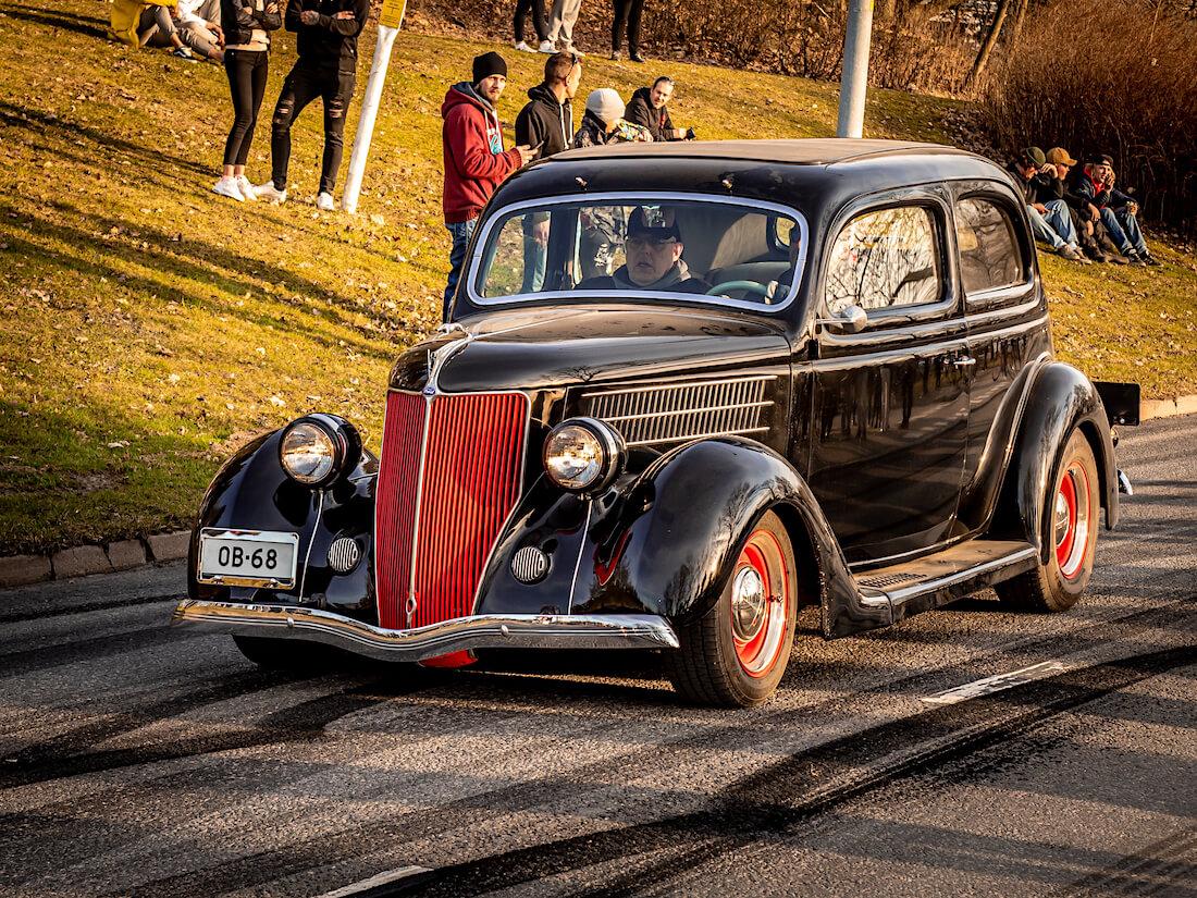 Musta 1936 Ford Tudor Model 68 Street Rod Vantaalla