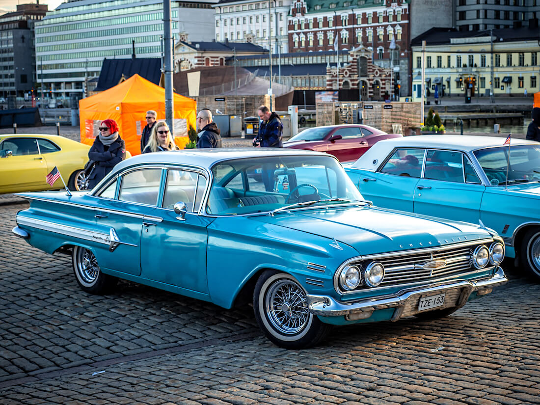 Sininen 1960 Chevrolet impala 4d jenkkiauto
