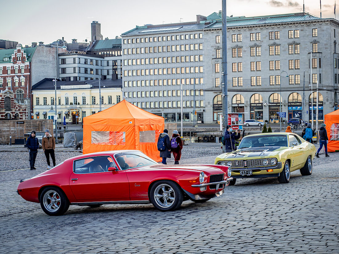 Vuosimallin 1971 Ford Torino ja Chevrolet Camaro