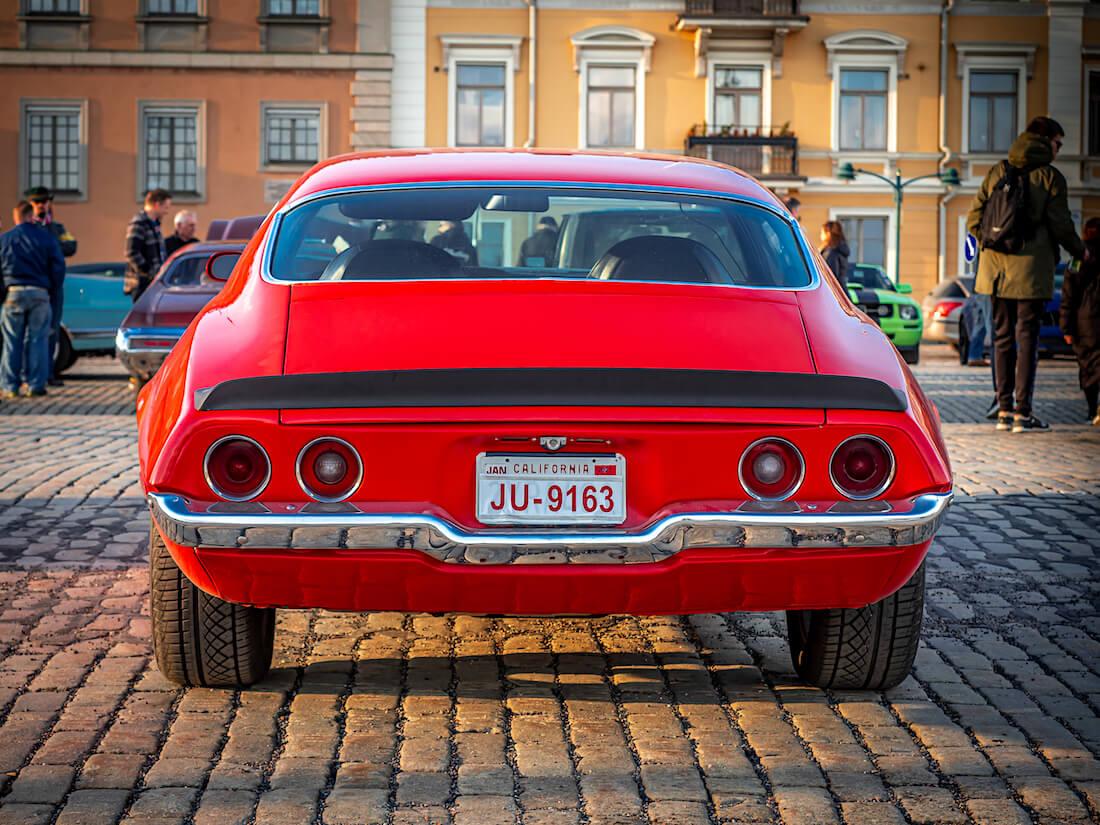 Punainen 1971 Chevrolet Camaro Kalifornian kilvillä