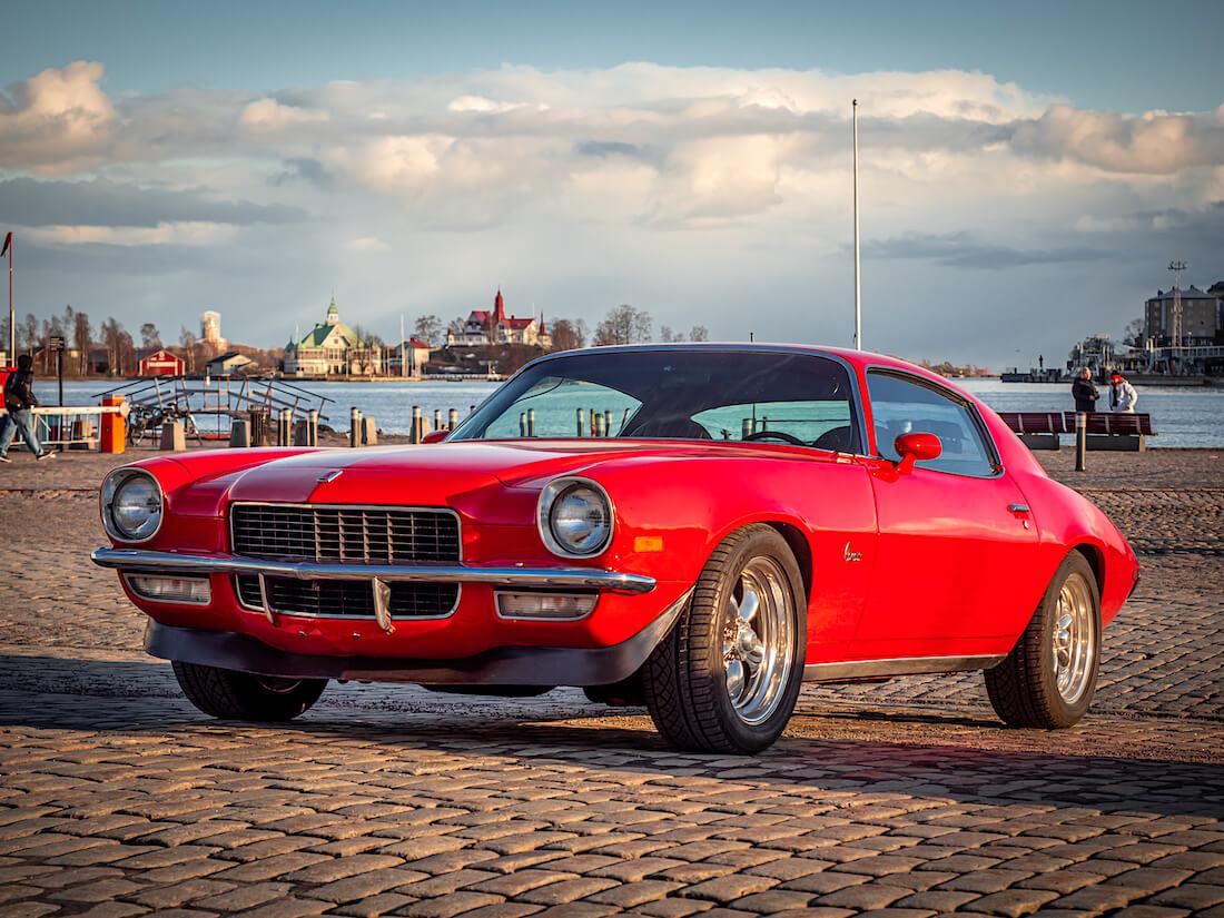 Punainen 1971 Chevrolet Camaro Helsingin kauppatorilla