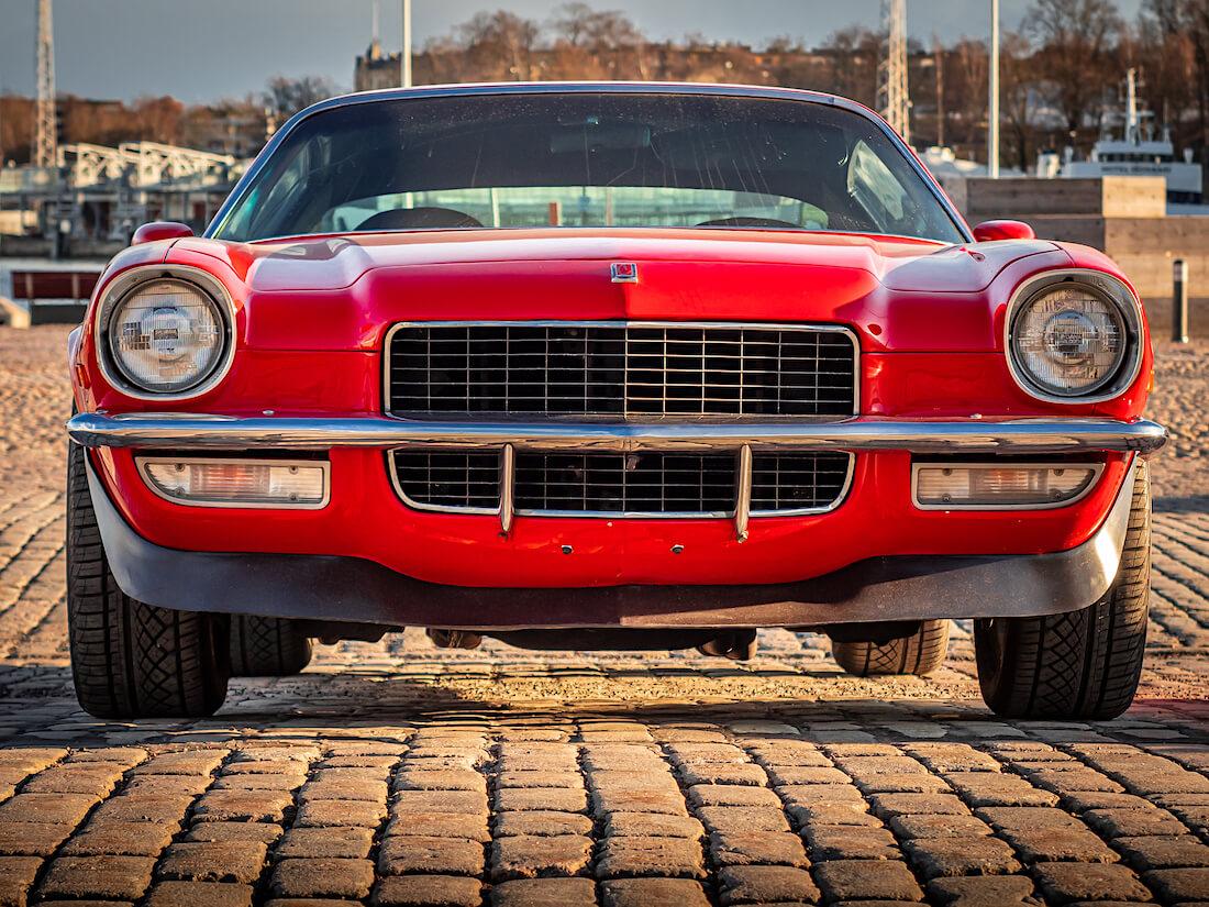 Punainen 1971 Chevrolet Camaro edestä