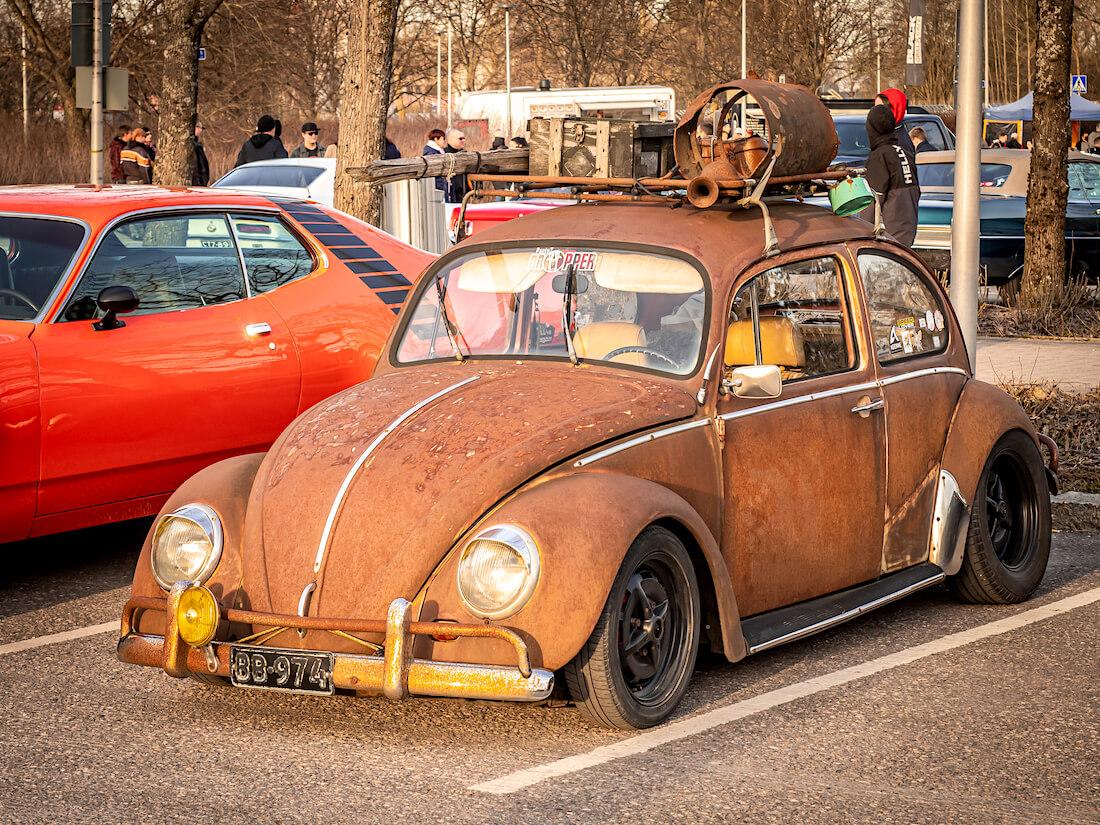 Ruosteinen 1971 VW1300 Heurekan parkkipaikalla