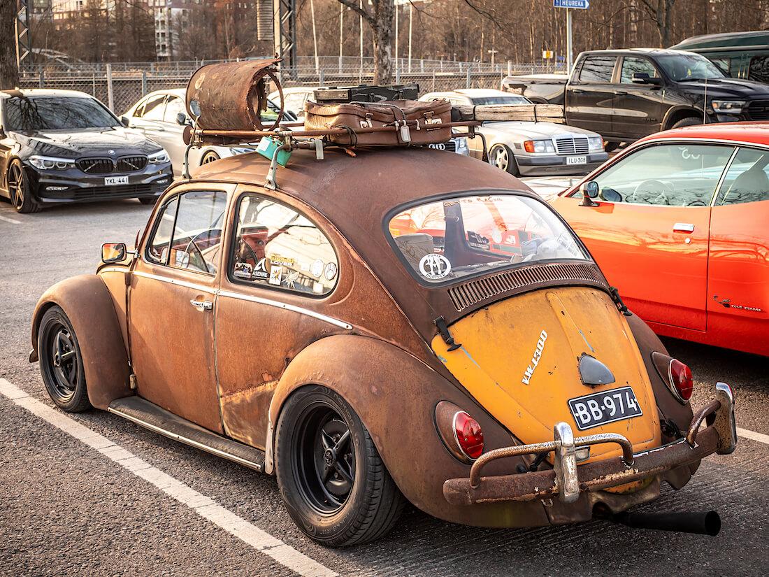 Ruosteinen 1971 VW1300 kuplavolkkari takaa