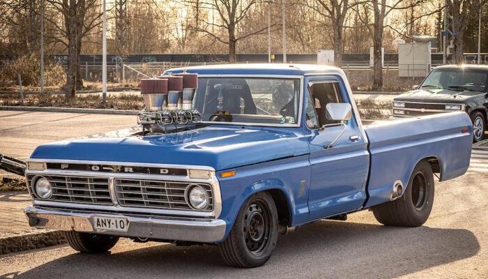Sininen Ford F-250 custom pickup
