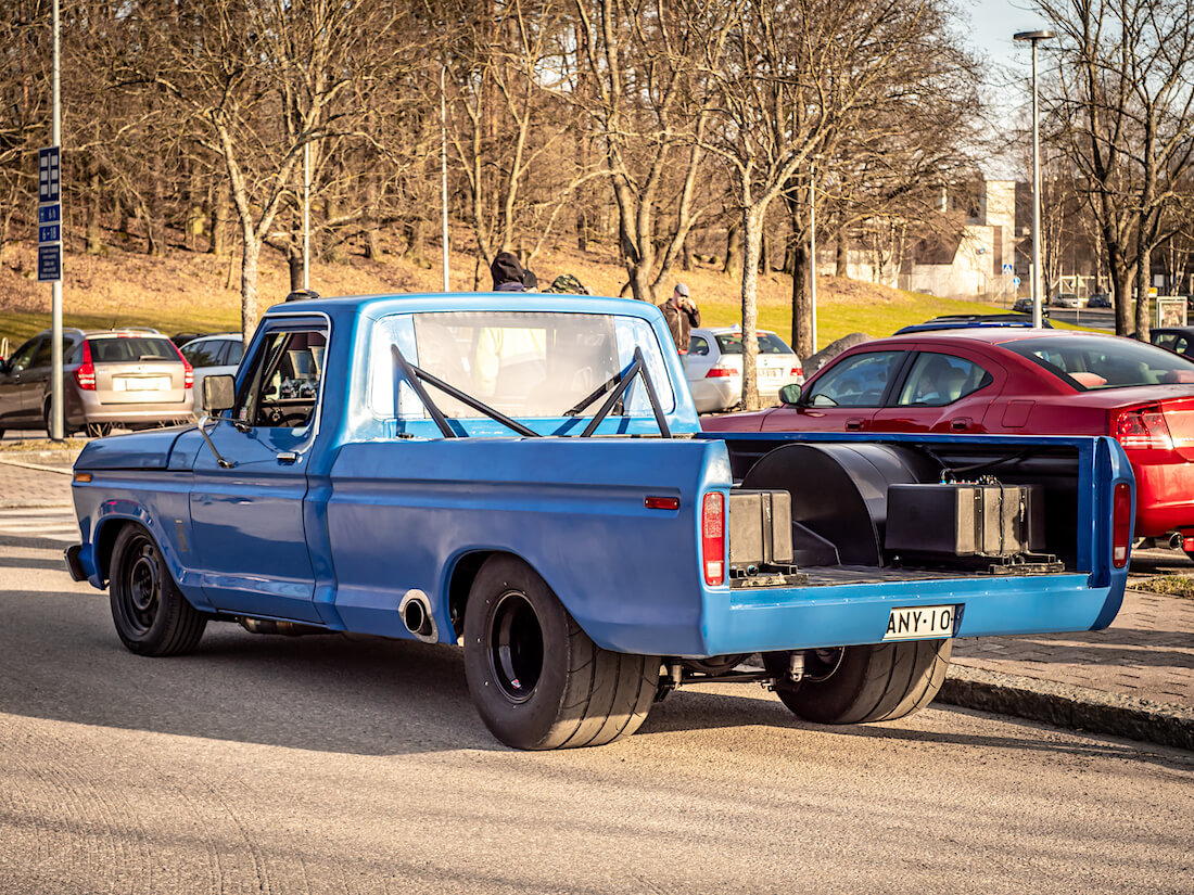 Sininen Ford F-250 custom pickup