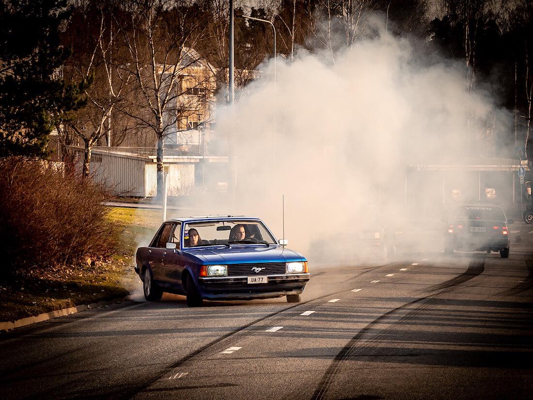 1978 Ford Granada polttaa kumia