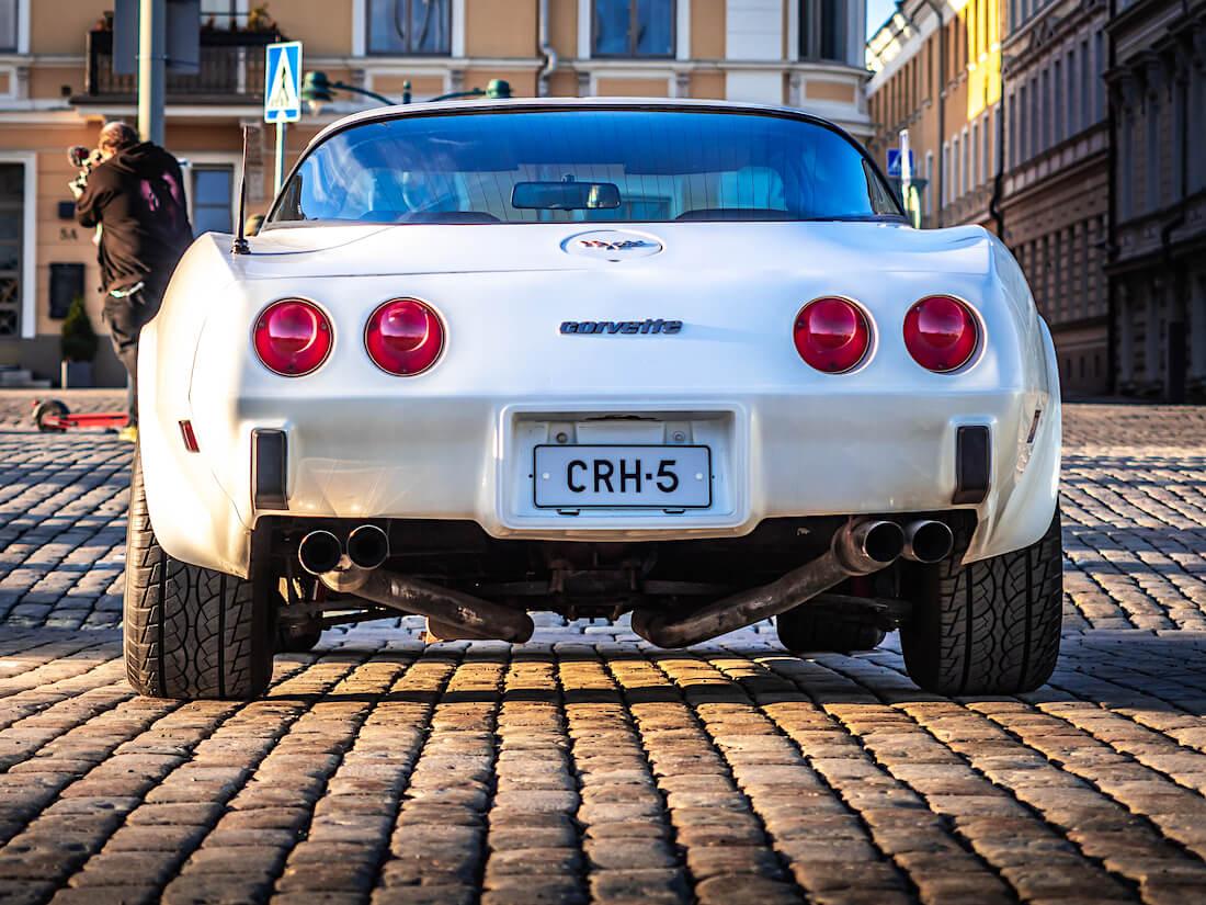 Valkoinen 1979 Chevrolet Corvette Targa takaa