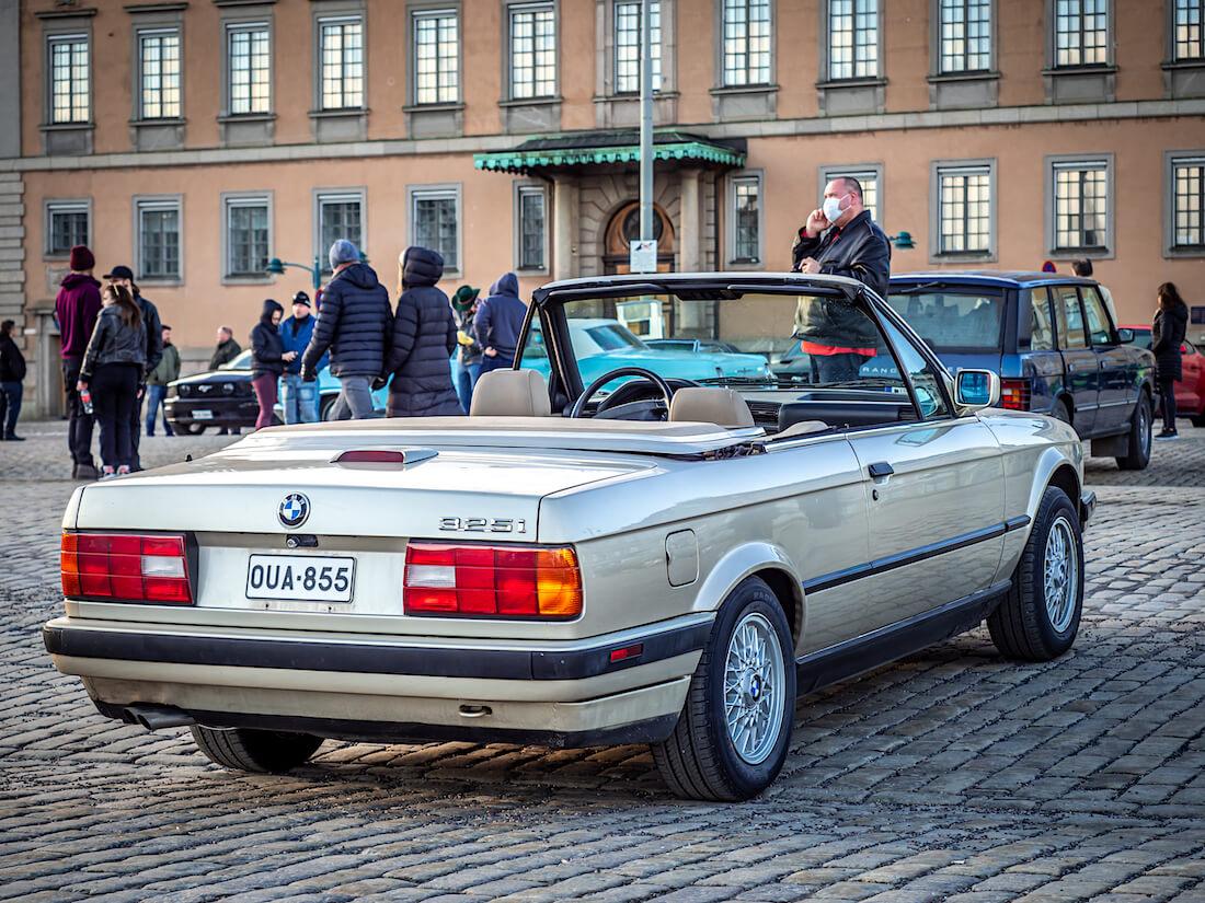1991 BMW 325i avoauto mukulakivillä