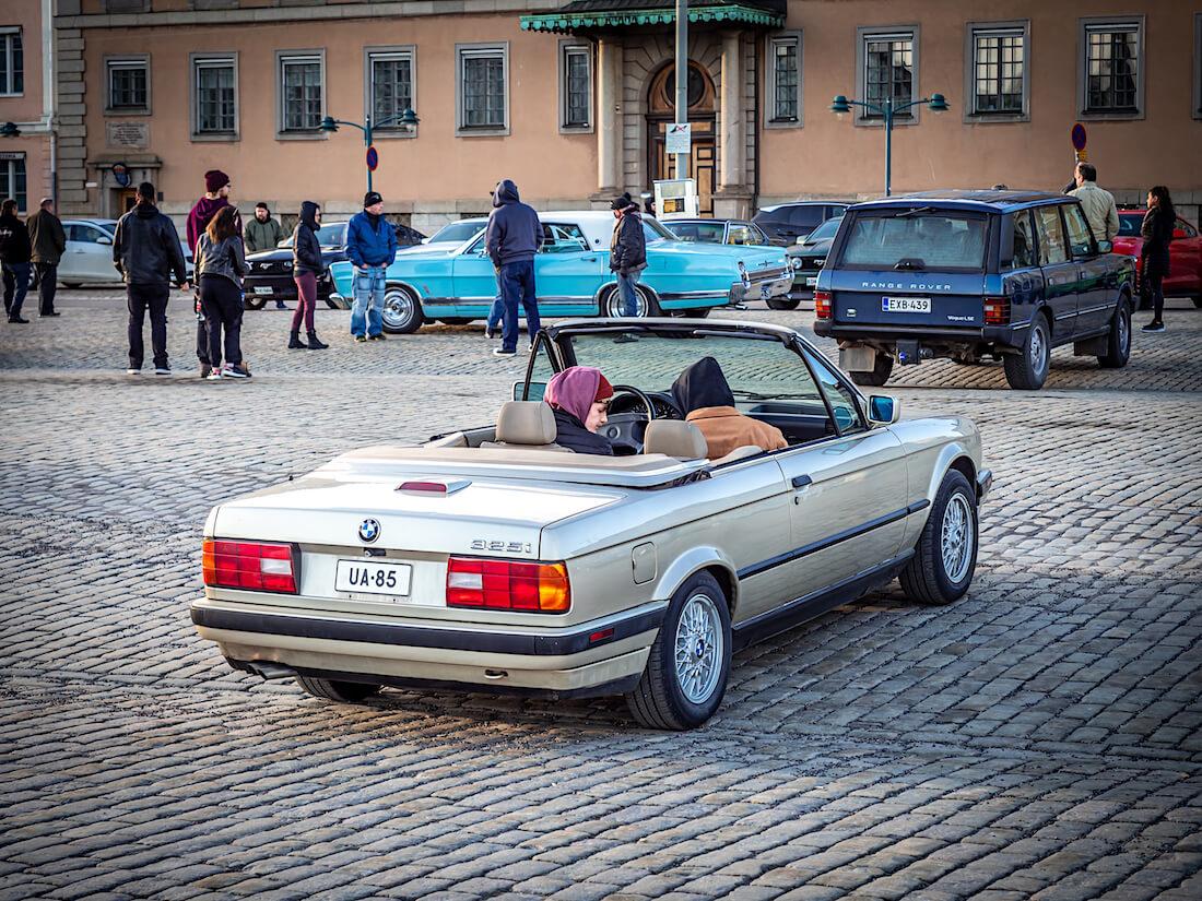 1991 BMW 325i avoauto Stadin cruising-illassa