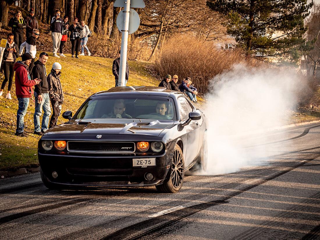 2009 Dodge Challenger SRT Hemi polttaa kumia