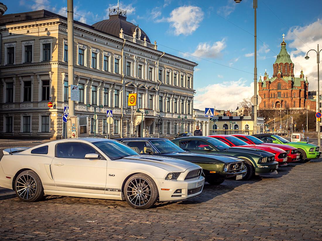 Ford Mustangeja Helsingin kauppatorilla