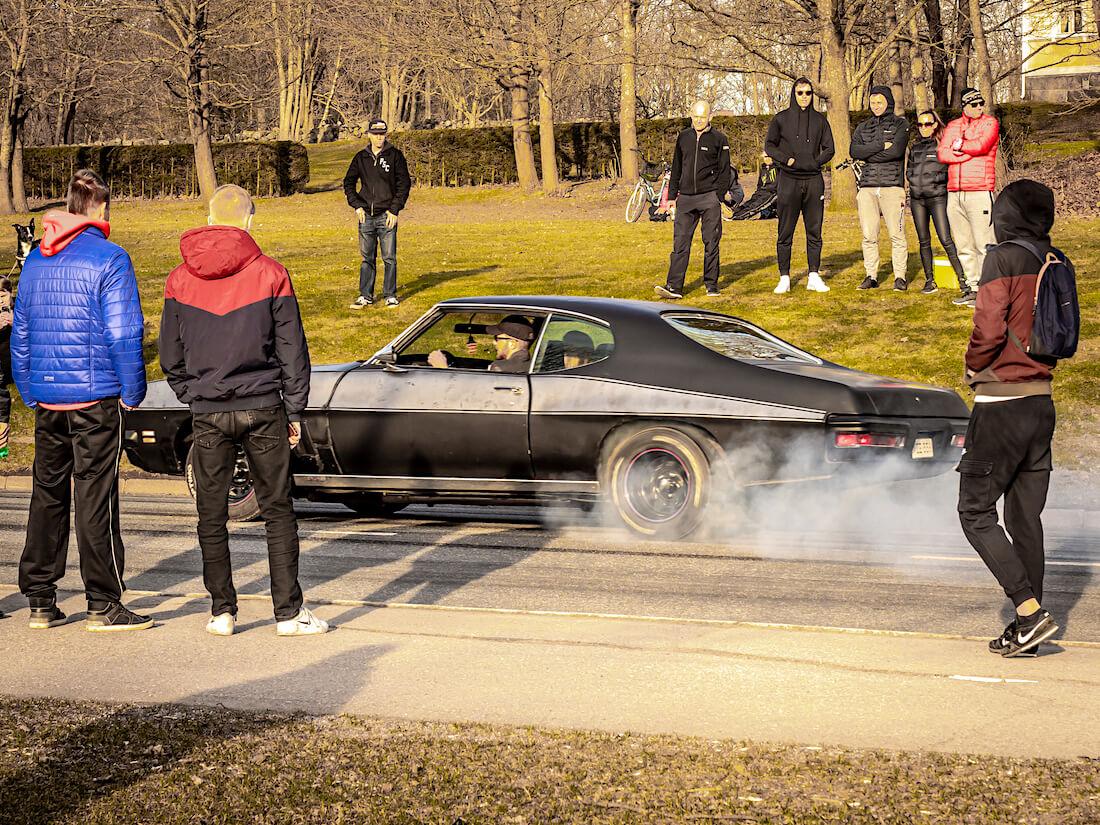 Amerikkalainen auto polttaa kumia Vantaan Heurekalla