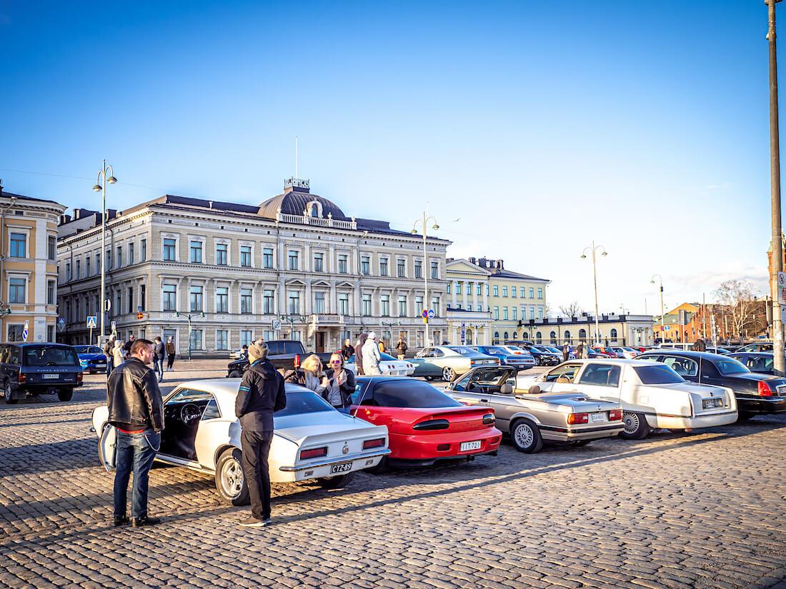 Jenkkiautoja Stadin Cruising Night tapahtumassa Helsingin kauppatorilla