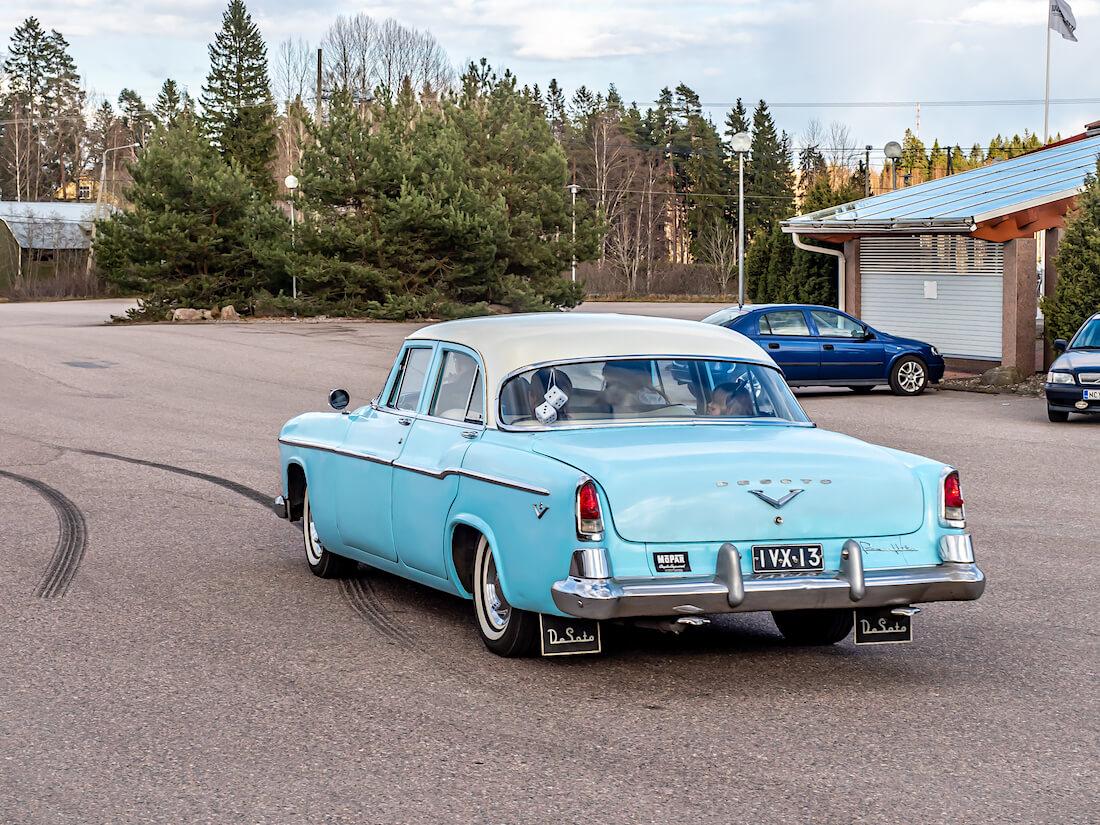 1955 DeSoto Firedome Juustoportin pihalla Mäntsälässä