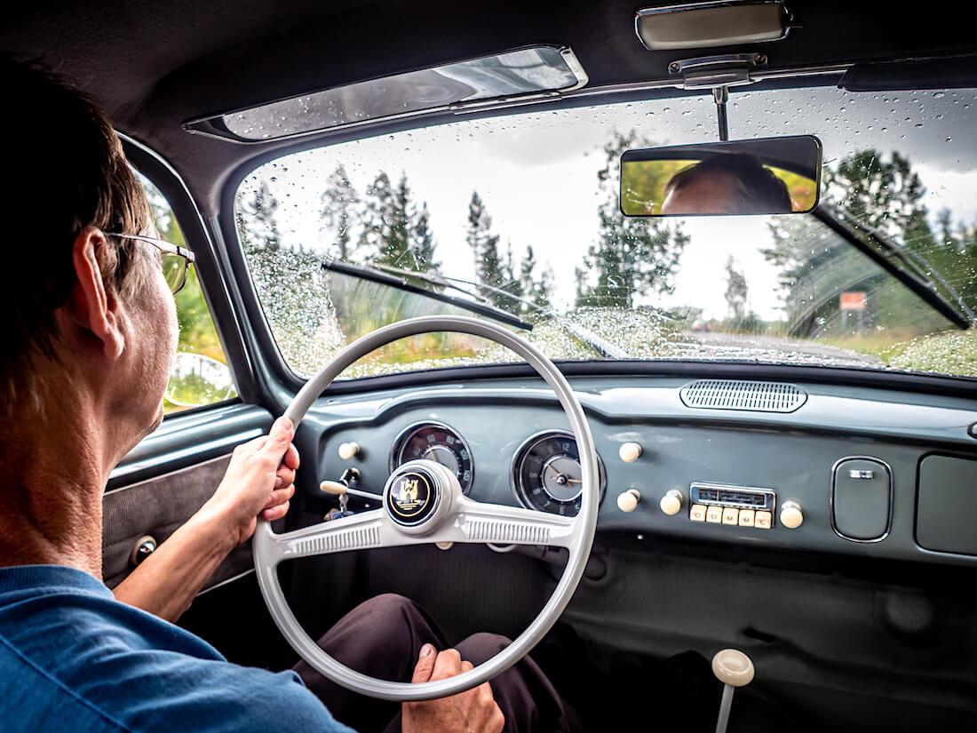 Heikki Naapuri ajaa 1957 Volkswagen Karmann Ghia museoautoa