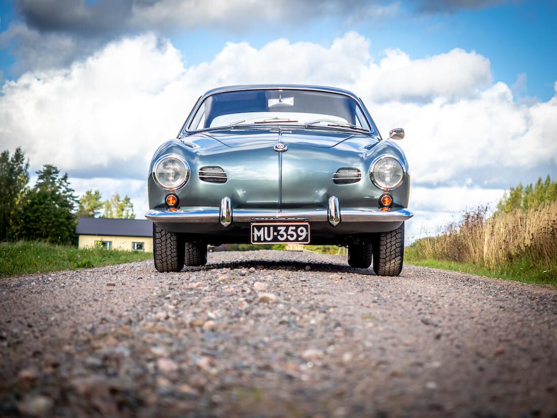 1957 Volkswagen Karmann Ghia edestä
