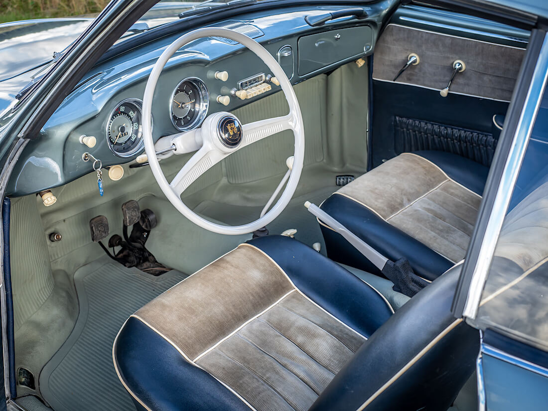 1957 Volkswagen Karmann Ghian kojelauta ja ratti