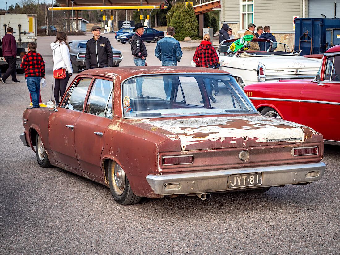 Ruosteinen ja madallettu 1966 Rambler American 4d Sedan