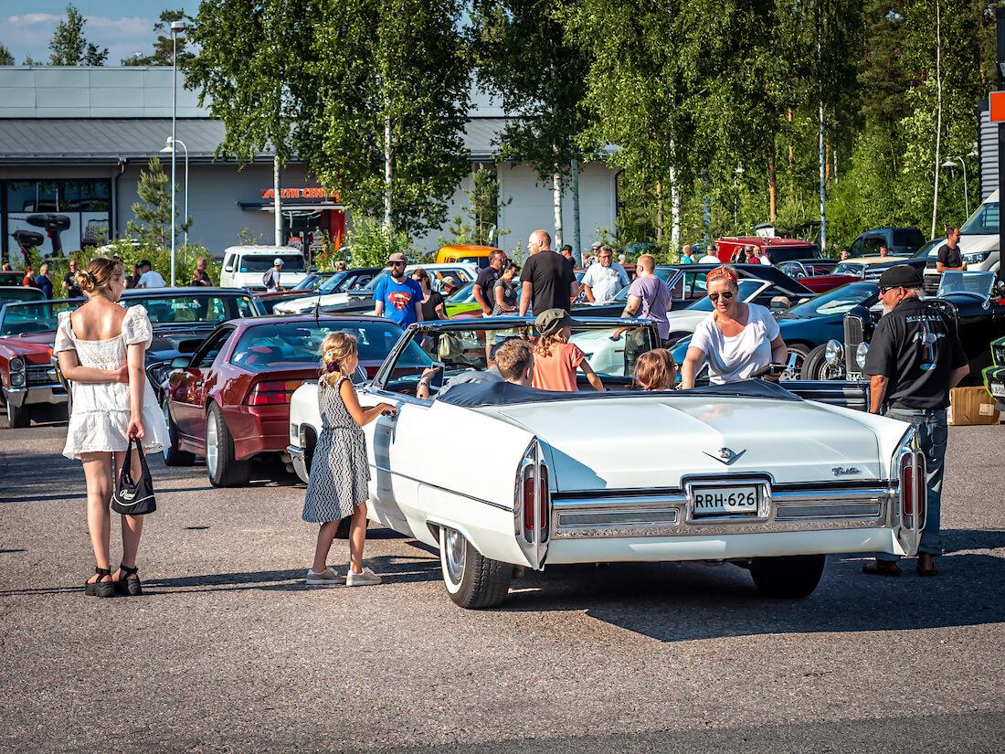 Perhe 1966 Cadillac DeVille avoautossa