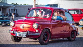 Nuoria miehiä pienessä Fiat 600 autossa