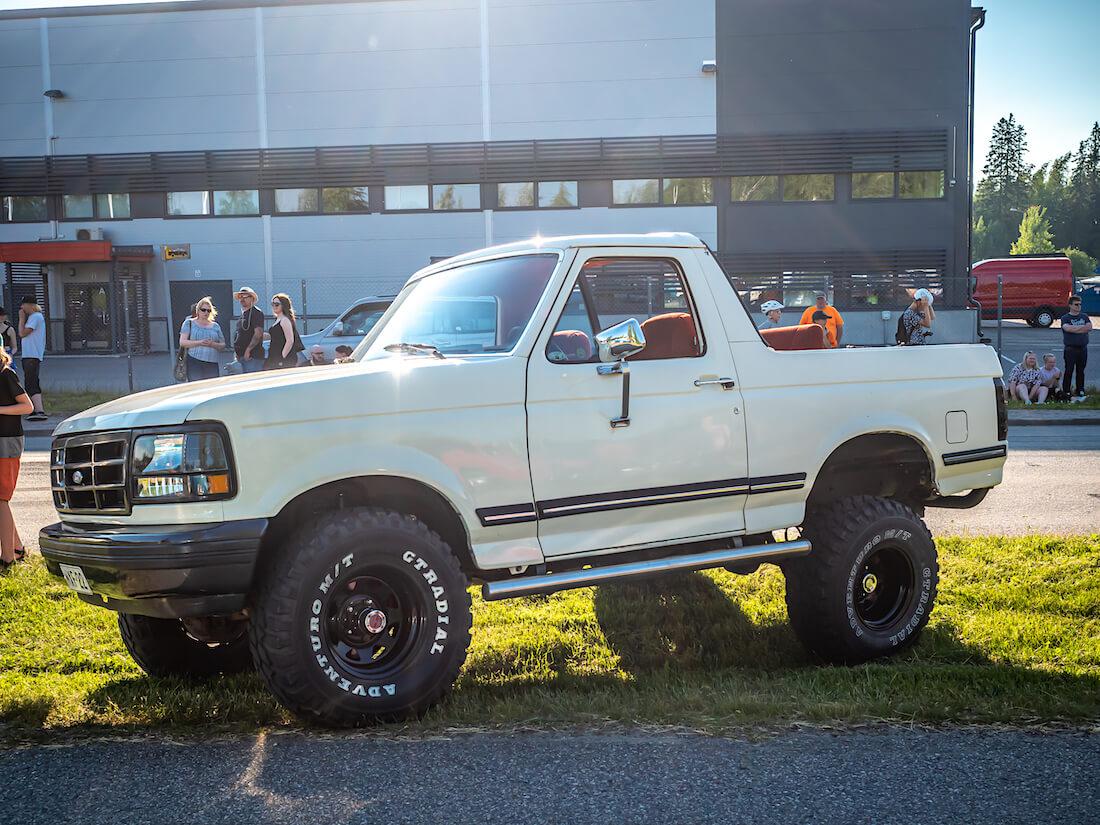 Valkoinen 1991 Ford Bronco 4x4 i6