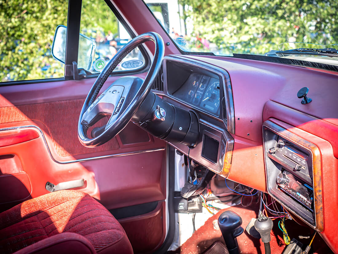 1991 Ford Broncon punainen sisusta