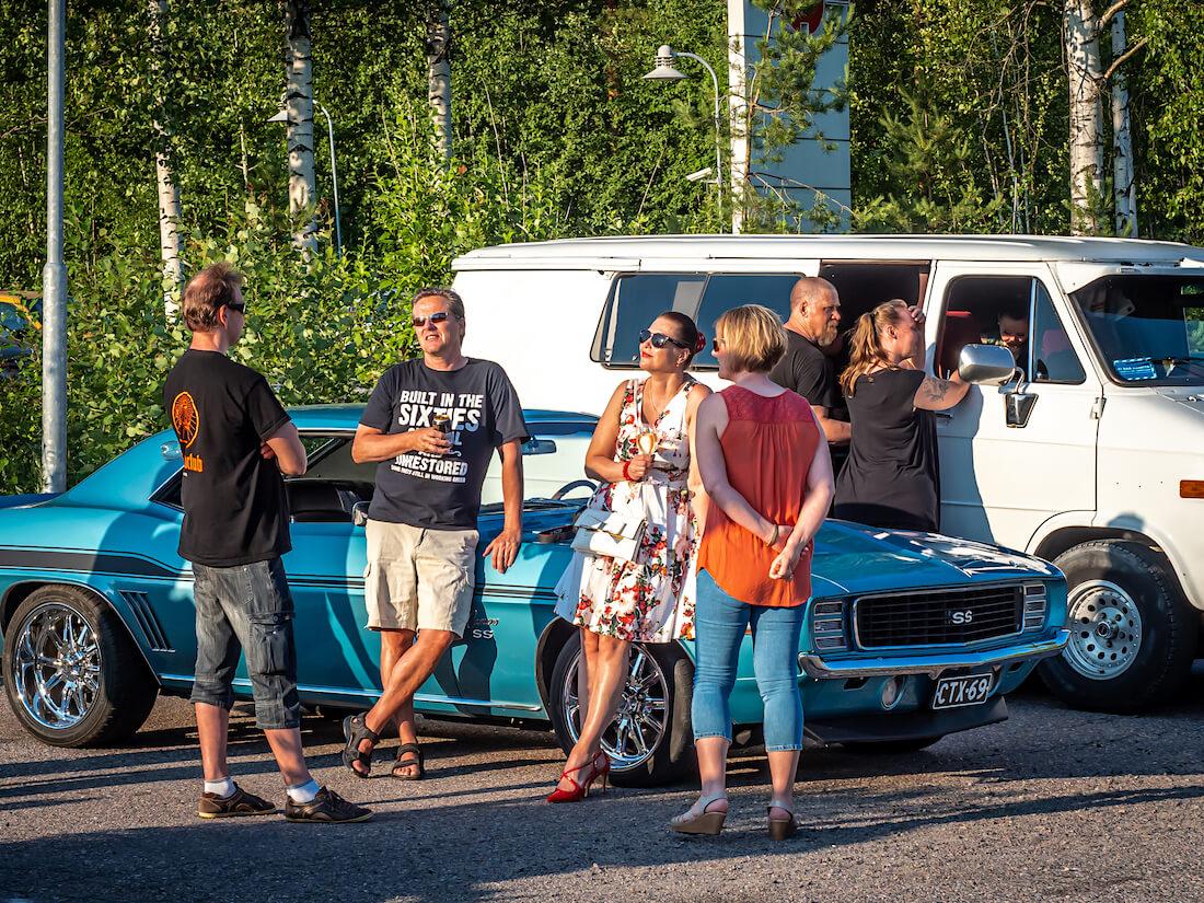 Ihmisiä Chevrolet Camaron vieressä