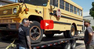 Richard Rawlingsin keltainen koulubussi trailerilla. Kuva: Gas Monkey Garage ja Richard Rawlings