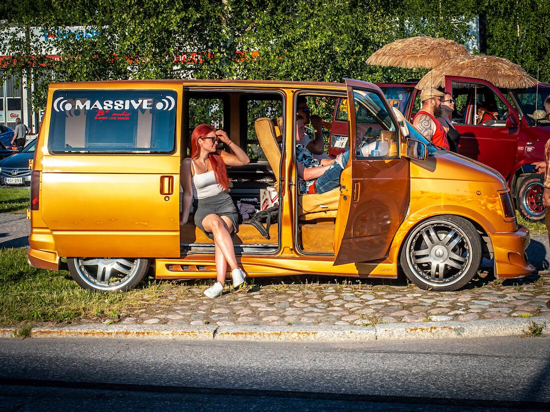 Nuoria Chevrolet Astro jenkkiautossa