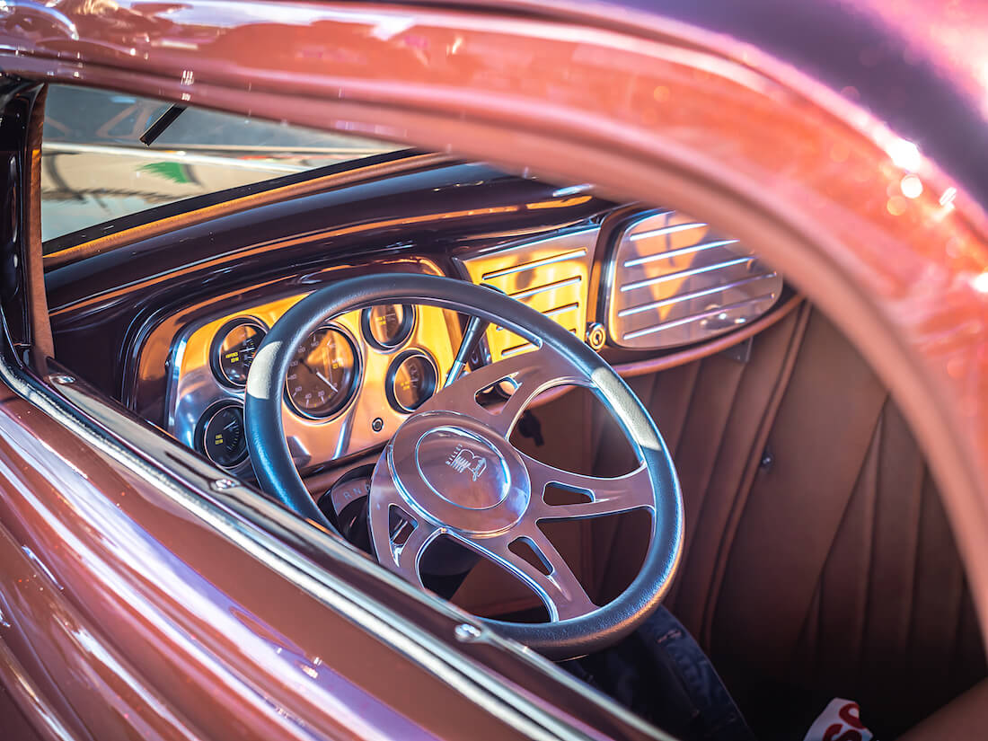 1933 Ford 3-window coupe rodin billett-sisusta