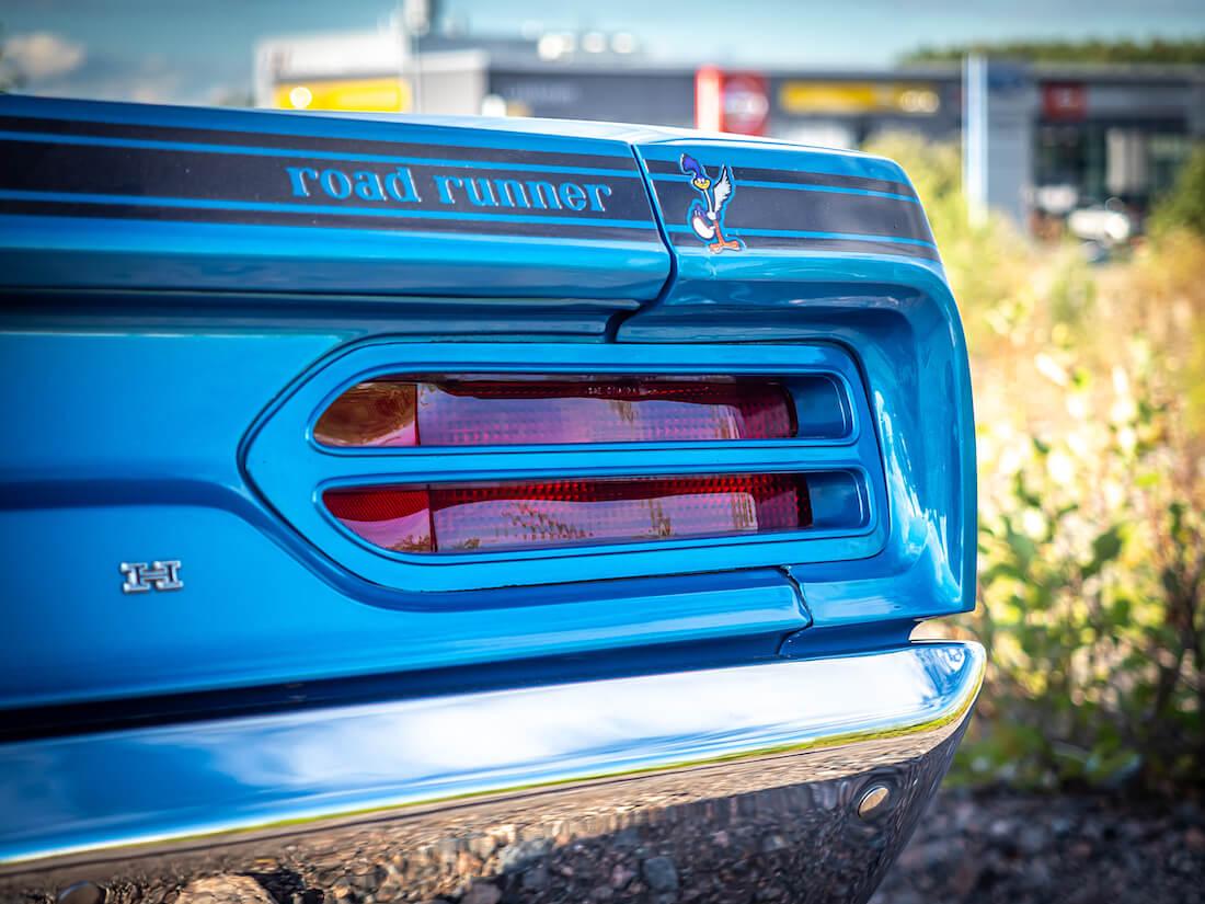 Sininen 1970 Plymouth Road Runner logo takakontissa