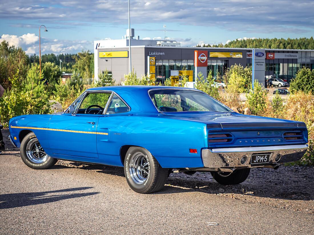 Sininen 1970 Plymouth Road Runner takaa